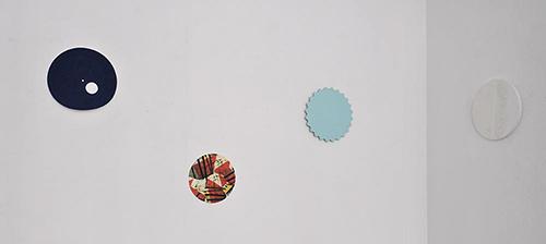 ... de ces références en montrant des travaux d artistes abstraits  contemporains qui utilisent la géométrie particulière du cercle comme  format, chacun à ... 0670c2fb6a5